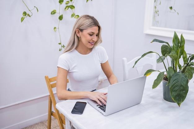 Женщина, работающая удаленно из дома