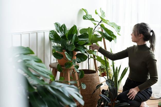 그녀의 식물을 돌보고 돌보는 여자