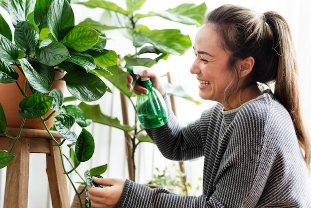 彼女の植物の世話をし、世話をする女性