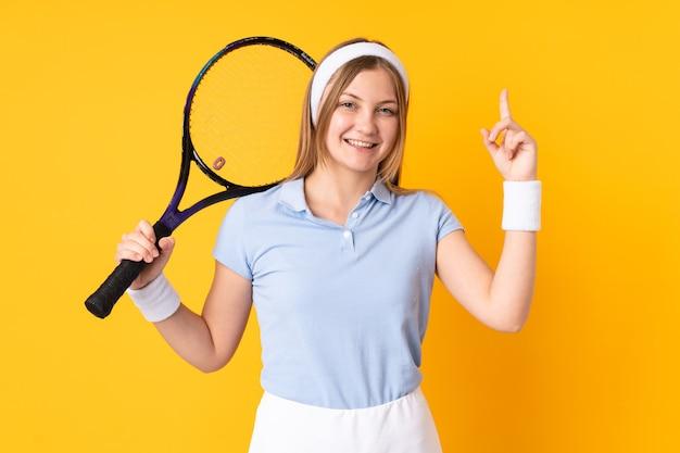 スタジオの女性テニスプレーヤー