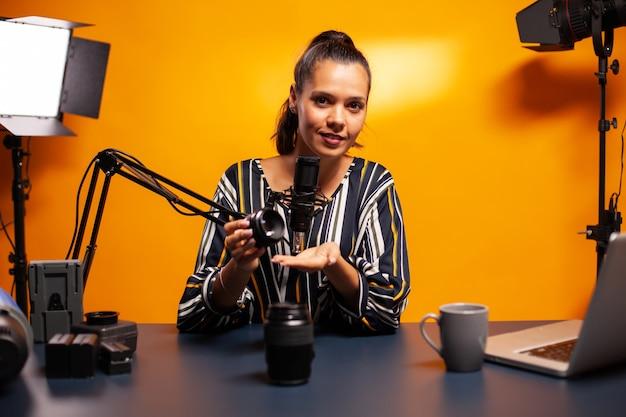 전문 홈 스튜디오에서 vlog 장비를 테스트하는 여성
