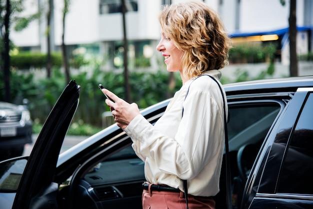 車に乗る前に女性のテキストメッセージ