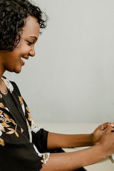 Женщина текстовых сообщений на своем мобильном телефоне