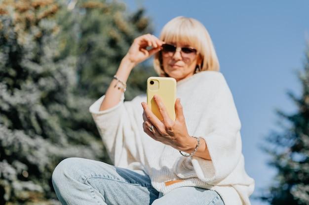 携帯電話で女性のテキストメッセージのオンラインメッセージ