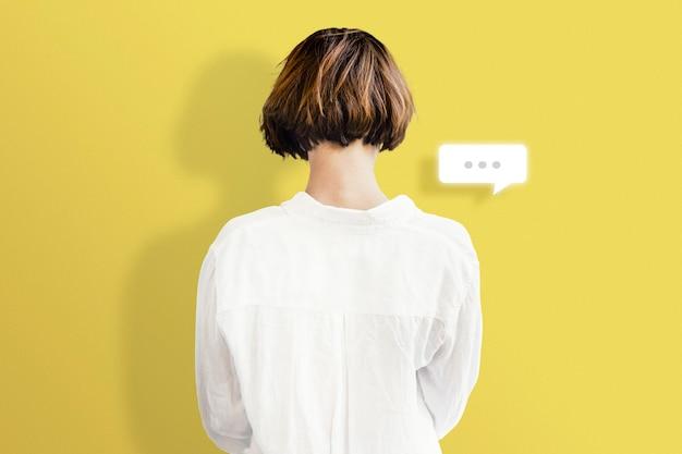 社会的中毒のための女性のテキストメッセージの背面図