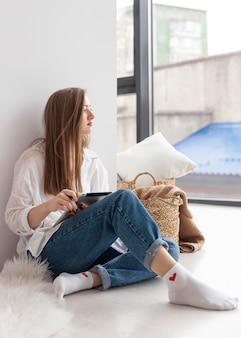 Женщина думает о новых идеях для видеоблога