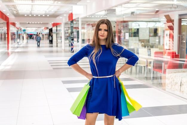 큰 쇼핑몰에서 쇼핑에 피곤 된 여자