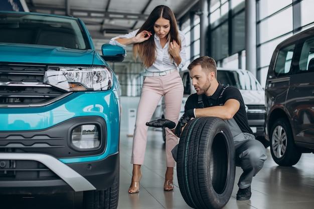 여자는 타이어를 교체하기 위해 차를 가져갔다