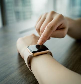 당신의 손에 smartwatch의 화면에 여자 터치