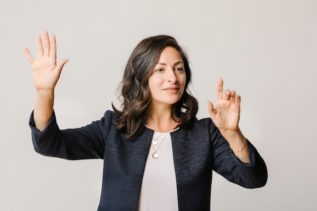 指で画面に触れる女性