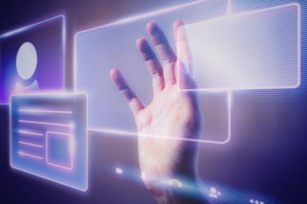 スマートテクノロジーのホログラフィックインターフェイスに触れる女性