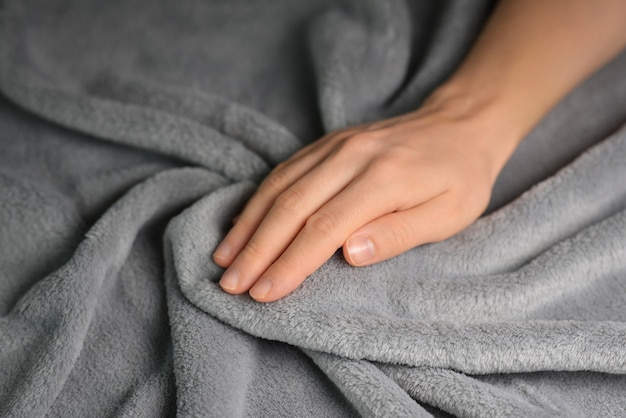 회색 담요를 만지는 여자 클로즈업 부드러운 담요를 만지는 손 클로즈업