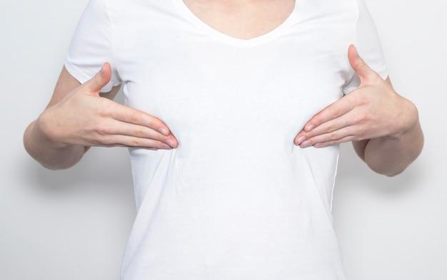 Женщина касаясь ее груди и исследуя себя.