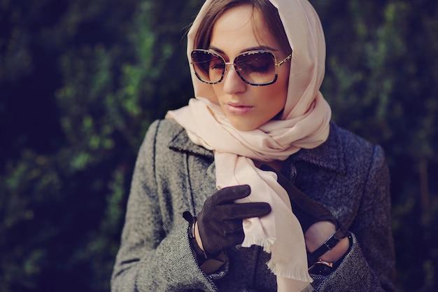 彼女のスカーフに触れる女