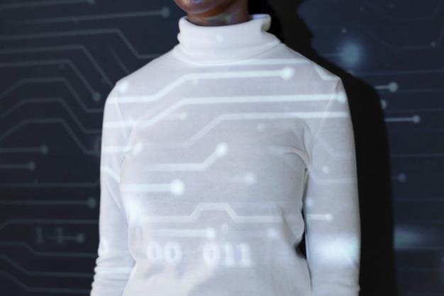 仮想画面の未来的なソーシャルメディアのカバーに触れる女性