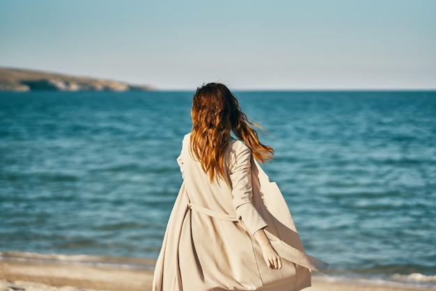 女性観光旅行海砂浜山新鮮な空気リラックス