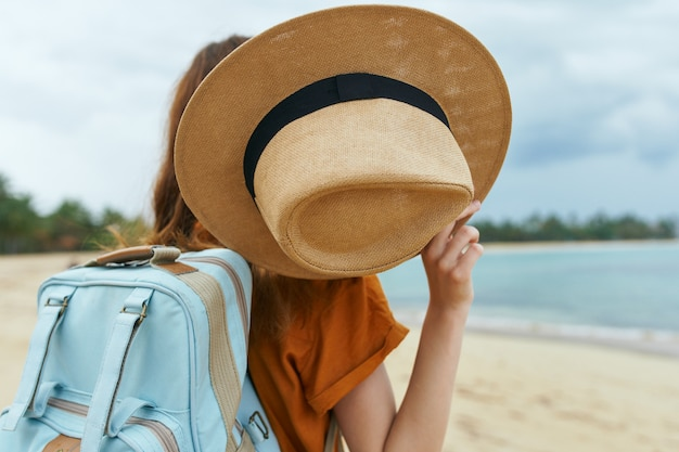 여자 관광객 배낭 모자 여행 섬 자연