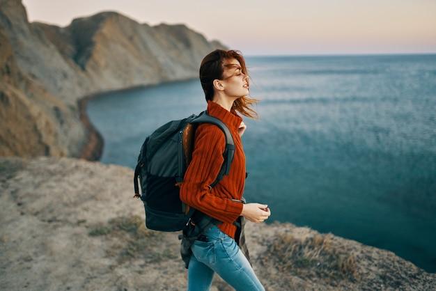 山のアクティブなレジャー旅行の自然の中で女性の観光バックパック。高品質の写真