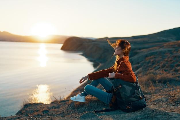 女性観光バックパック風景日の出休暇旅行