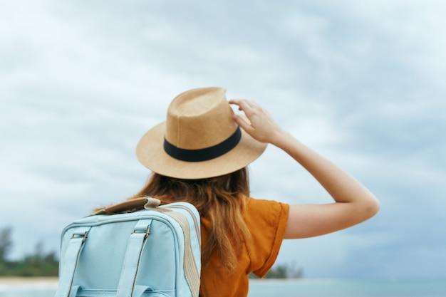 女性観光バックパック旅行新鮮な空気の休暇