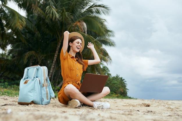 女性観光バックパック旅行島ラップトップ通信