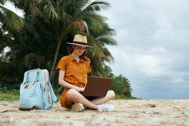 女性観光バックパック旅行島熱帯ラップトップ技術