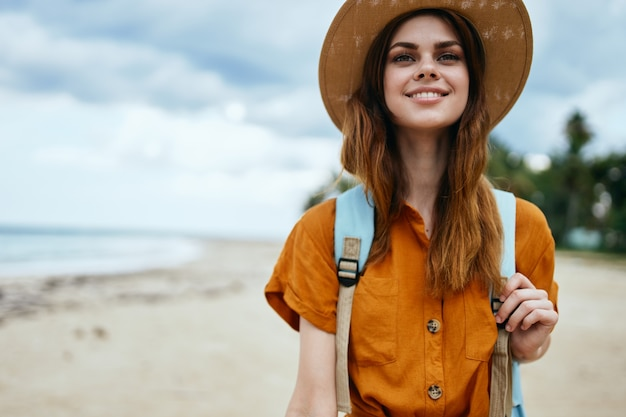 女性観光バックパック旅行島散歩休暇