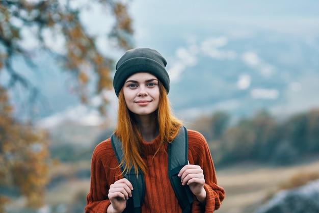 女性観光バックパック散歩秋の旅行