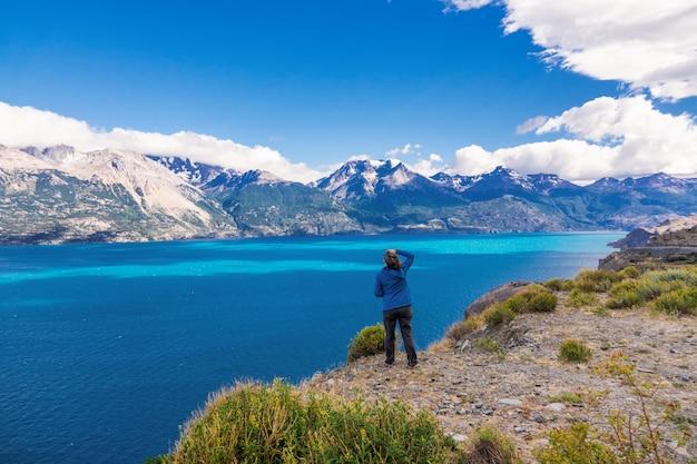 女性観光ハイキング、チリ旅行、ベルトラン湖、山々の美しい風景、チリ、パタゴニア、南アメリカ