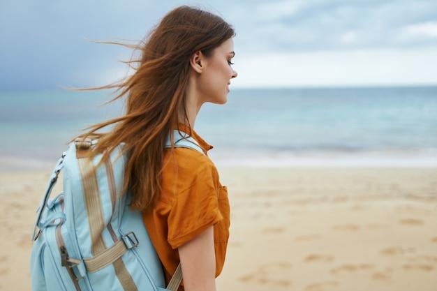 Женщина турист на пляже пейзаж остров природа