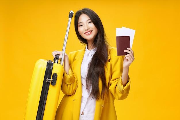 Женщина туристические паспорта и билеты на самолет отпуск пассажир