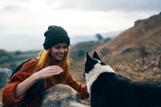 屋外で犬をかわいがる女性観光客風景休暇