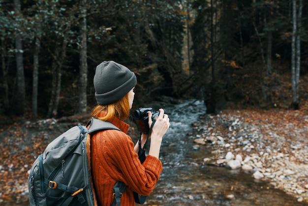 Женщина турист фотографирование природа река лес горы