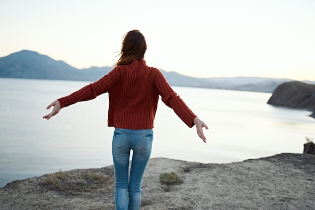 女性観光客の赤いフィルター旅行山風景冒険