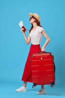 Женщина туристический красный чемодан отпуск забава солнцезащитные очки путешествия