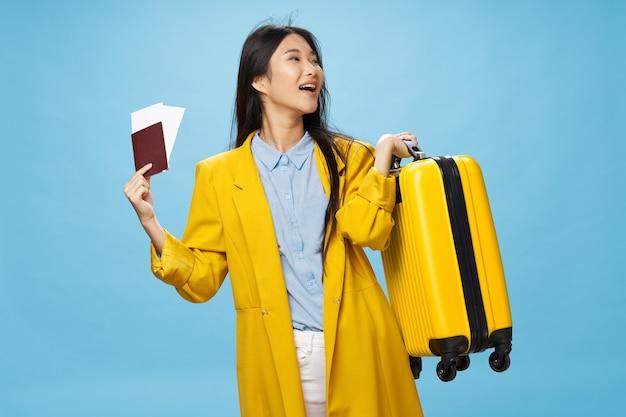 休暇旅行パスポートと空港の女性観光スーツケース