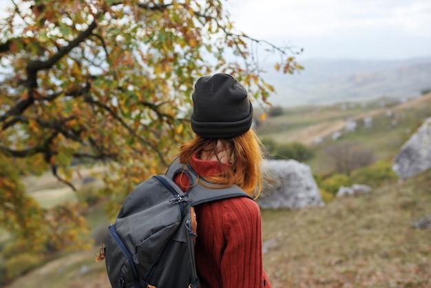 自然景観旅行冒険のバックパックを持つ女性観光客