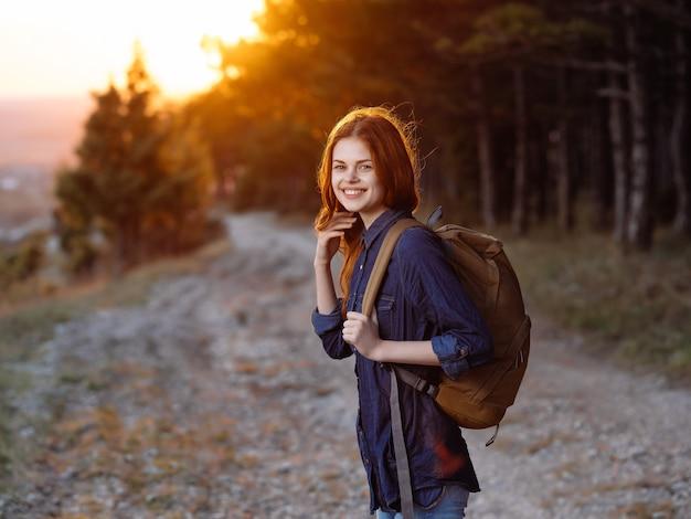 自然旅行冒険休暇のバックパックを持つ女性の観光客