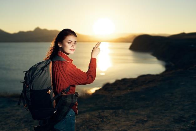 女性観光客は新鮮な空気の自然の風景の休暇を旅行します