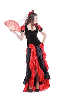 Танцовщица традиционного испанского фламенко женщина танцует в красном платье с веером
