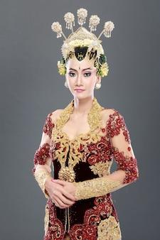 ジャワの女性の伝統的なウェディングドレス
