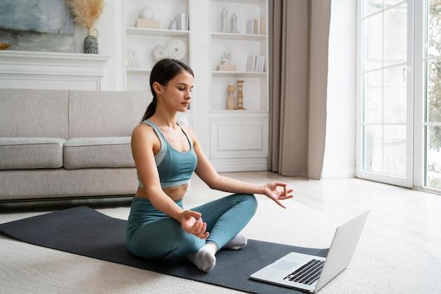 一人で自宅でトレーニングする女性