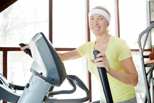 체육관에서 훈련하는 여자