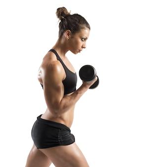 上腕二頭筋を訓練する女性