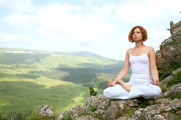 美容風景のヨガを訓練する女性