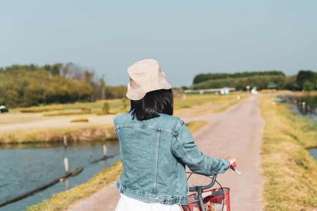 Женщина путешествует по миру с концепцией свободы рюкзака.