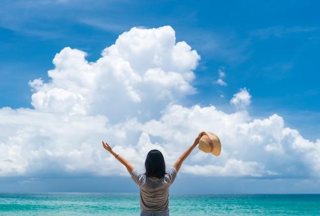여자는 여름 해변 자유와 함께 전 세계를 여행하고 생활 개념을 휴식.