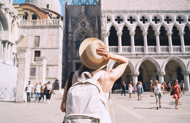 여자 여행 이탈리아 유럽 소녀 베네치아에서 거리를 걷는 여성 관광객 베니스에서 즐길 수