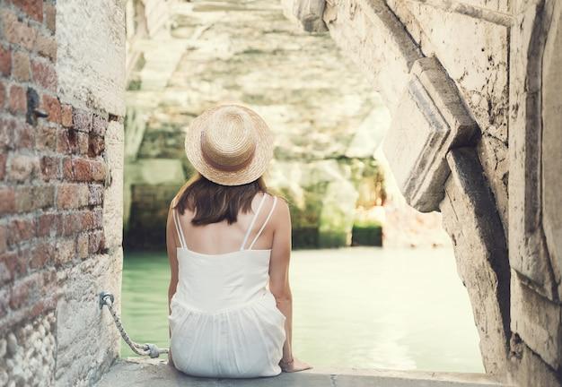 유럽 패션 소녀 여행 이탈리아 휴가 대운하의 아름다운 다리에서 사진을 찍는
