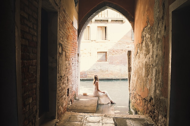 여자는 유럽에서 이탈리아 휴가를 여행 베니스에서 아름다운 전망을 즐길 수